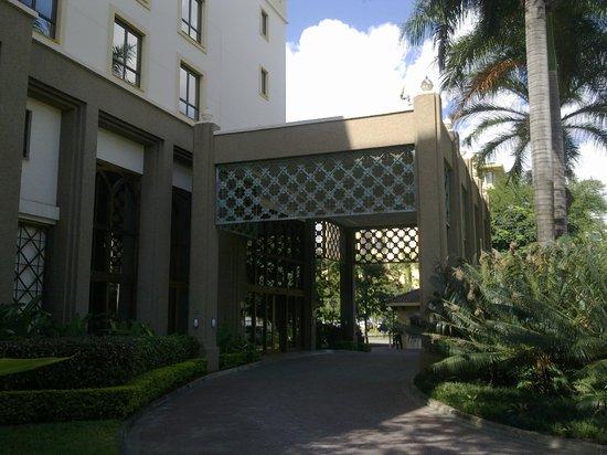 Southern Sun Dar es Salaam : main entrance to hotel