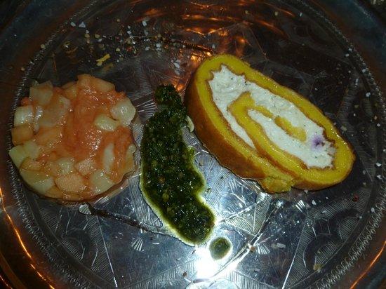 The Dining Room: Chèvre-Roulade mit Rhabarber-Melonen-Confit  und Lavendelhonig