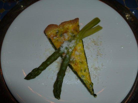 The Dining Room: Quiche mit dem ersten grünen Spargel der Saison,  Speck, Thymian und Mandelöl