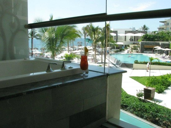 Secrets Vallarta Bay Resort & Spa: Jacuzzi and view from 2nd floor Preferred Club