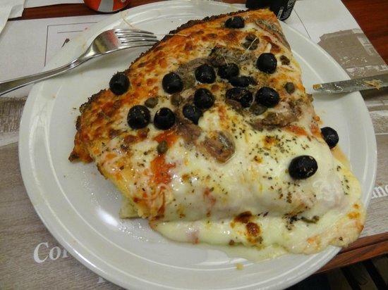 """Antica Pizzeria Da Giulio: Pizza """"abbondante"""" alla romana"""