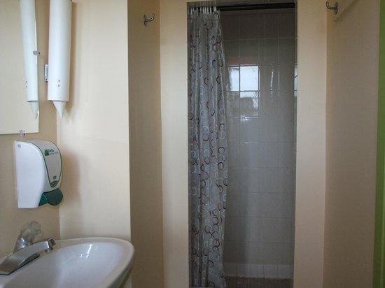 HI Montreal Hostel: bagno mini ma privato