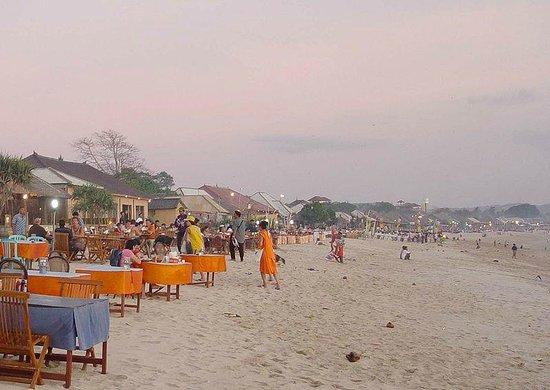 Jimbaran, Indonesien: Restaurants on the beach
