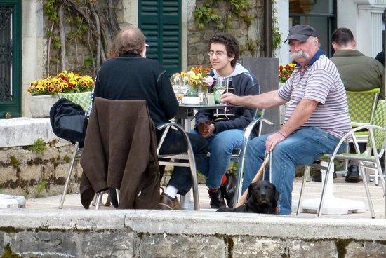 Hotel des Messageries : Einheimische Gäste im Garten Restaurant