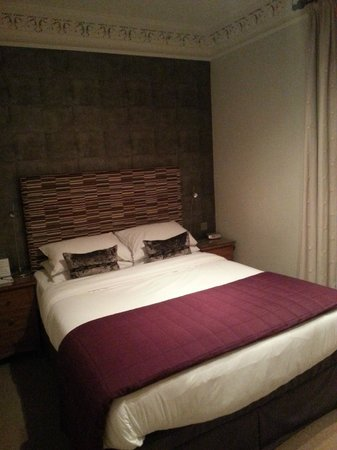 The Townhouse Hotel: Bed in Room 6