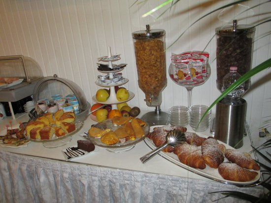 Hotel Birillo: Breakfast buffet with lots of choices. Pastries were fresh. Try the small omelet with ham & chee