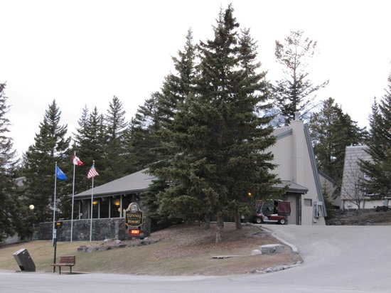 Tunnel Mountain Resort: The hotel main building