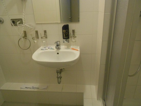 Upper Room Hotel: Bathroom