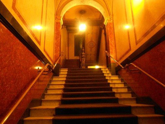 Upper Room Hotel: Entrance