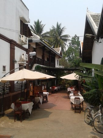 Phousi Guesthouse: Courtyard