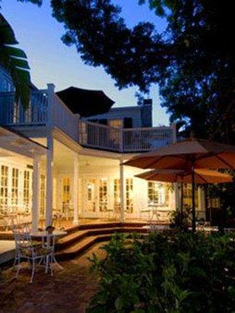 The Gardens Hotel: Mainporchnight