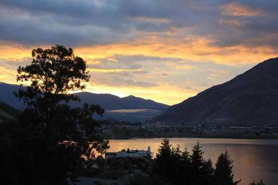 Holiday Inn Queenstown Frankton Road : Sunrise from hotel room balcony