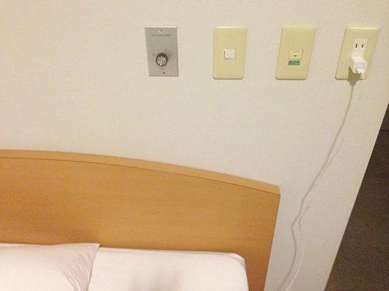 Petit Hotel Kochi : ベットの近くで充電できます