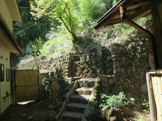 Shukubo Nobori : 廊下から見える屋敷神(お稲荷さん)