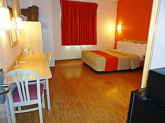 Motel 6 Minonk: MSingle