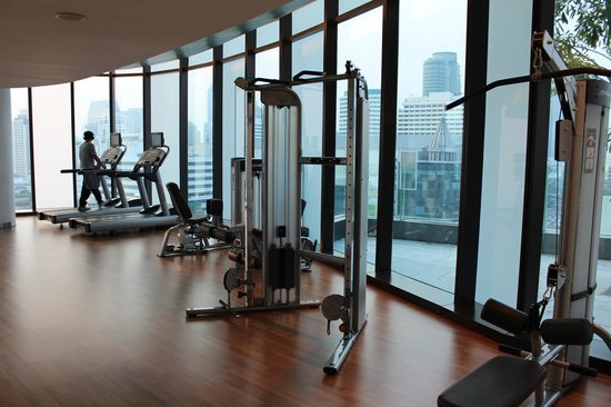 Novotel Bangkok Platinum Pratunam: Gym with City View