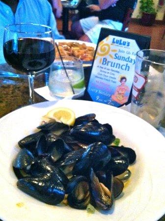 Lulu's Oceanside Grill : Mussels in Red Curry & Fried Calamari.