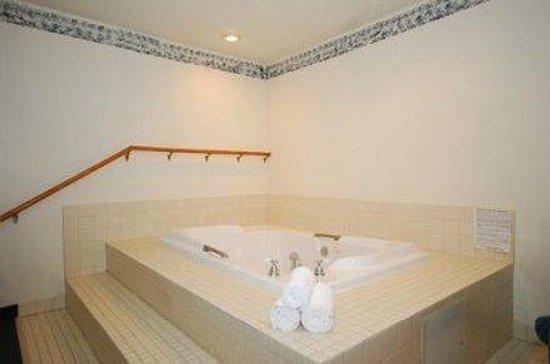 Super 8 Greensburg: Hot Tub