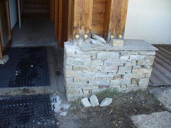 Residence Le Hameau des Ecrins : délabrement mur extérieur