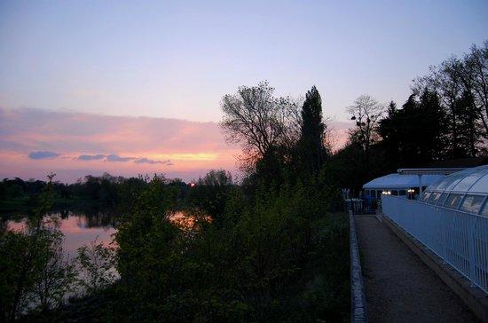 Camping le Parc des Allais: A GAUCHE  LA VIENNE, A DROITE LA PISCINE.