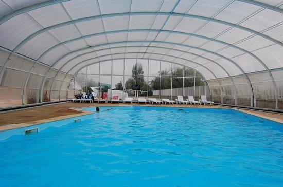La piscine couverte et chauffee picture of camping le for Camping le croisic avec piscine couverte