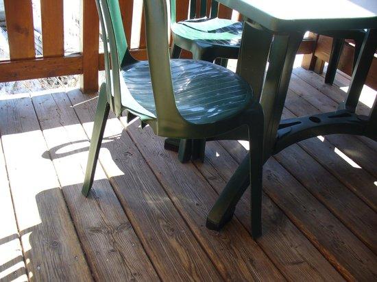Residence Le Hameau des Ecrins : délabrement mobilier terrasse