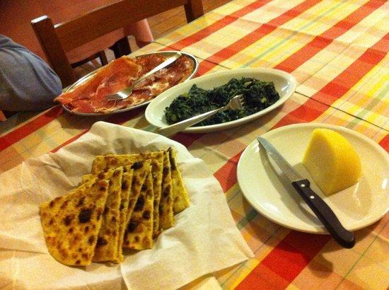 """Taverna della Rocca : """"crescia"""" e affettati"""