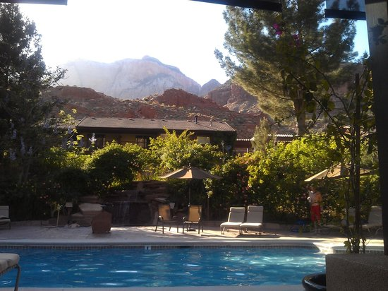 Cliffrose Lodge & Gardens: sitting by the pool