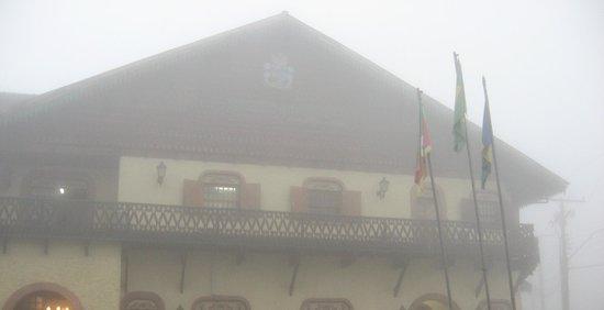 Prefeitura Municipal de Gramado: Prefeitura de GRAMADO  em dia de névoa