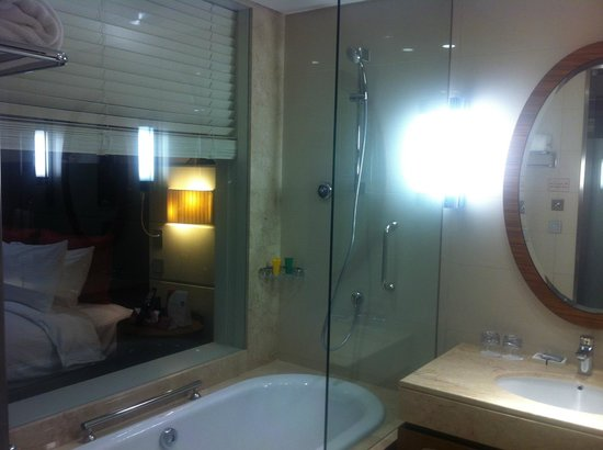Crowne Plaza Doha - The Business Park: bathroom and room wall