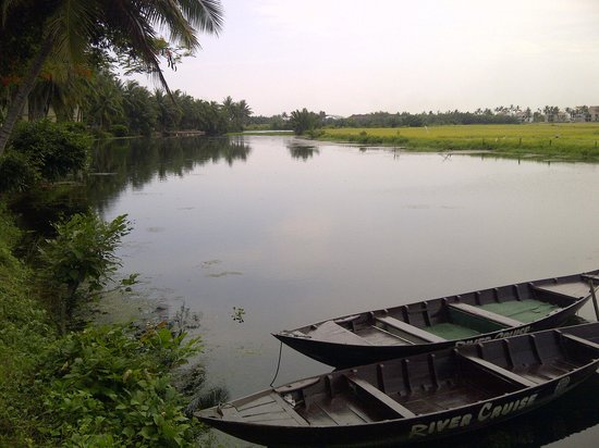 Hoi An Riverside Resort & Spa: View from the Restaurant Down-River