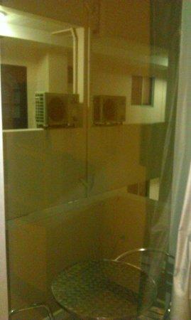 Inn House : Вид из окна, сразу в стену