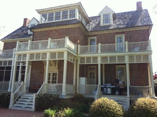 King's Creek Inn: The back porches and balconies from the spacious backyard