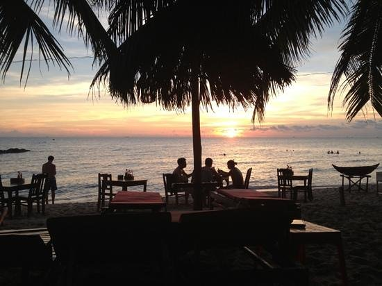 Hoa Nhat Lan Bungalow: sunset, having a 1$ beer, can't get any better...