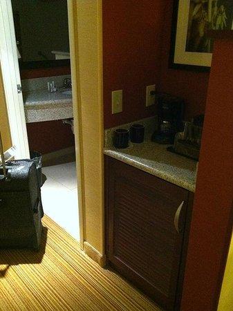 Courtyard Lexington Keeneland/Airport: Microwave and fridge unit