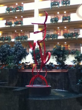 Embassy Suites by Hilton Northwest Arkansas: Spectacular Sculpture & Fountain