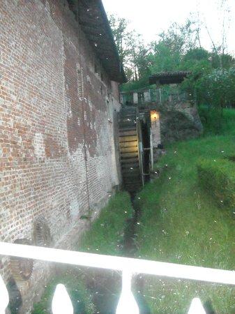 Mulino del Casale: La ruota del Mulino all'esterno del ristorante .