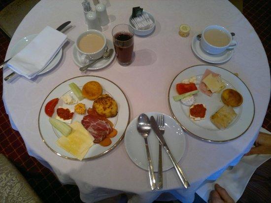 Hotel Zlatnik: Serbian breakfast