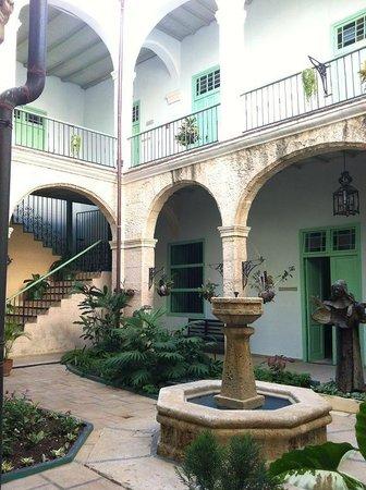 Hostal Convent Santa Brigida: Il chiostro all'ingresso