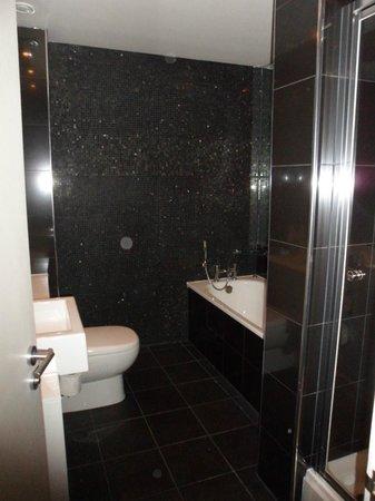 Townhouse Hotel Manchester: Badkamer met douche en bad