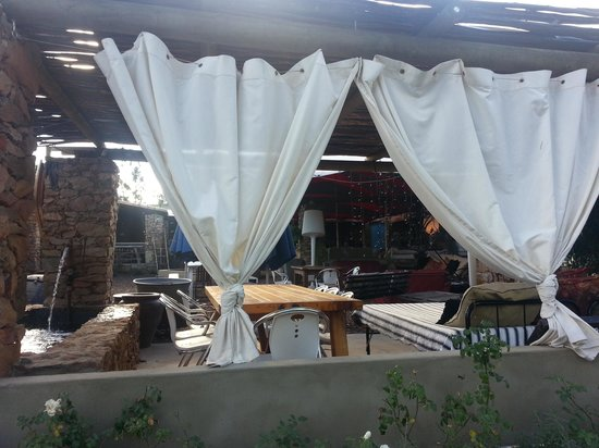 Searle's Trading Post: Outdoor seating at Searle's
