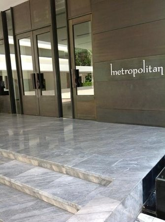 COMO Metropolitan Bangkok : a warm welcome in typical armani or tom ford color pallettes