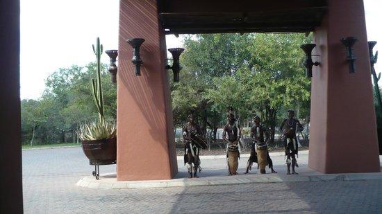 AVANI Victoria Falls Resort: welcome dancers