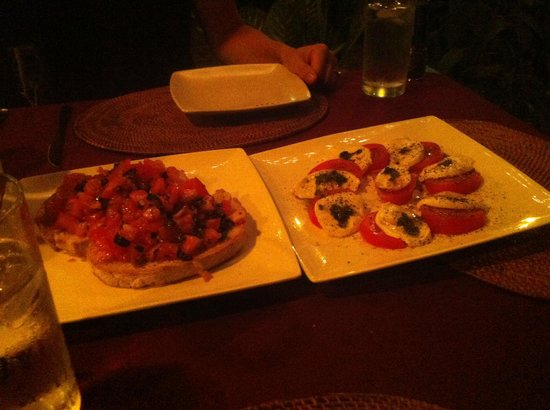 CAFE DEL PUEBLO RESTAURANTE Y PIZZERIA: Bruschetta and caprese salad