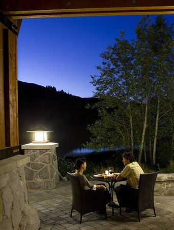 Nita Lake Lodge: Lakeside Patio