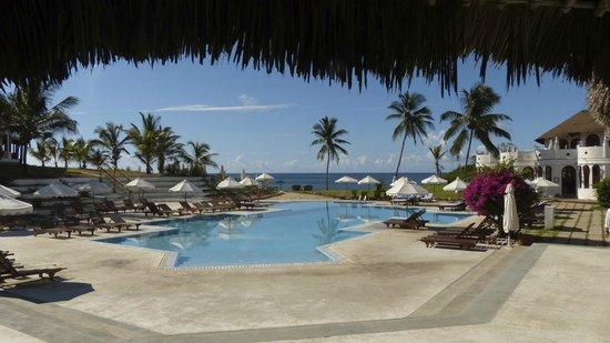 Garoda Resort: La piscina principale ed la vista del mare