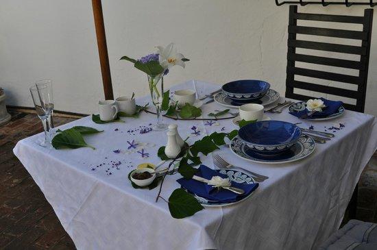 Plumbago Guest House: Frühstückstisch - jeden Morgen anders dekoriert