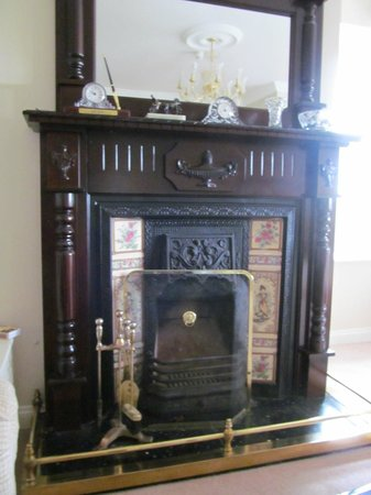 Brookhaven Guest House : The fireplace in the parlor.