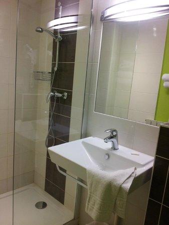 Hotel Montigny : Salle de bain chambre 201