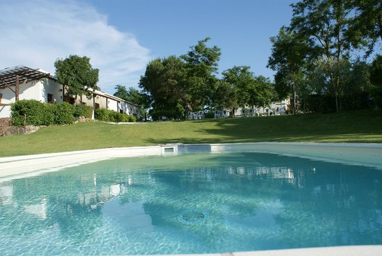 Agriturismo La Gioia: piscina vicino ristorante